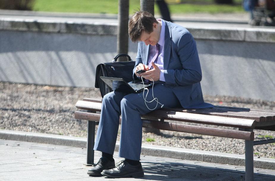Žmogus dirbantis kompiuteriu