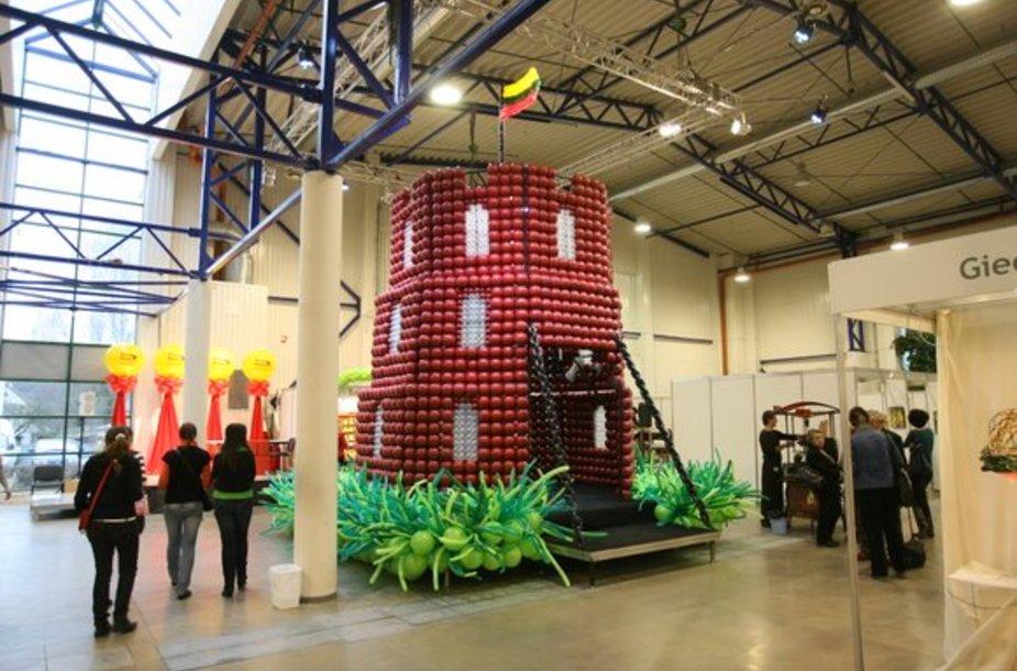 Iš balionų padaryta Gedimino pilis.