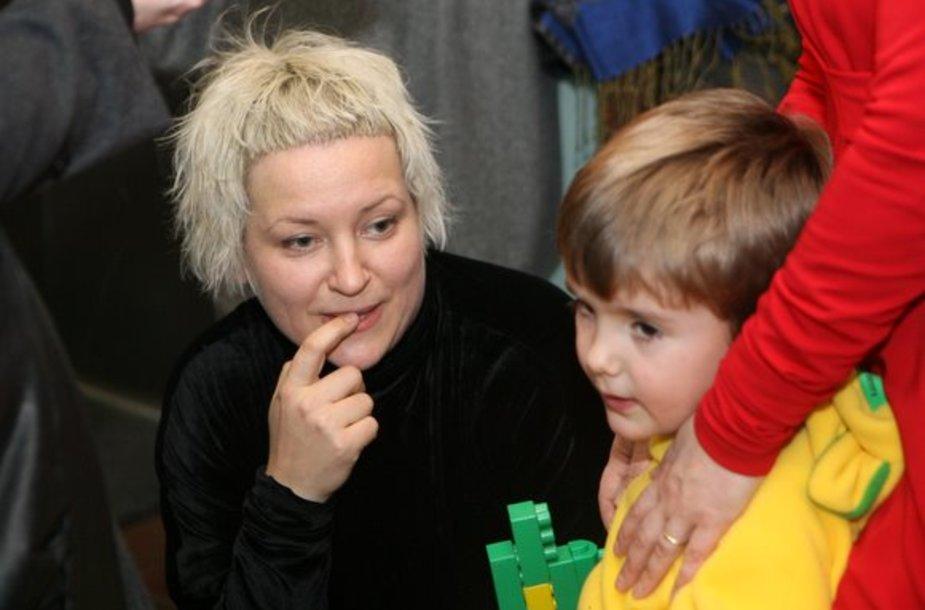 """""""LT-Identity"""" dizainerės Jolanta Rimkutė ir Ieva Ševiakovaitė sekmadienio popietę šeimas kvietė pažaisti ir nusifotografuoti smagioje fotosesijoje pasipuošus jų kurtais drabužiais suaugusiems ir naujais rūbais vaikams."""