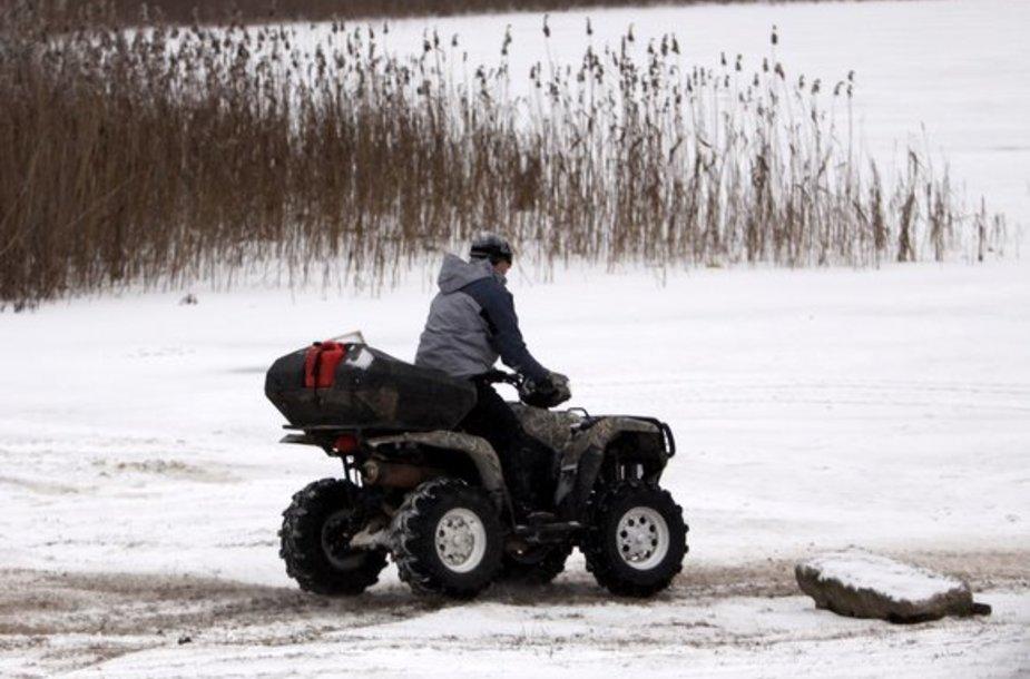 Vilniečiai džiaugiasi užšalusiais ežerais.