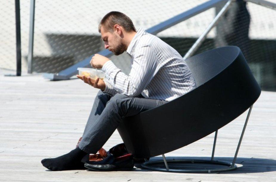 """Pasimėgauti saulės spinduliais, suvalgyti sumuštinių ar ledų vilniečiai vis mieliau renkasi į """"Swedbank"""" terasą"""