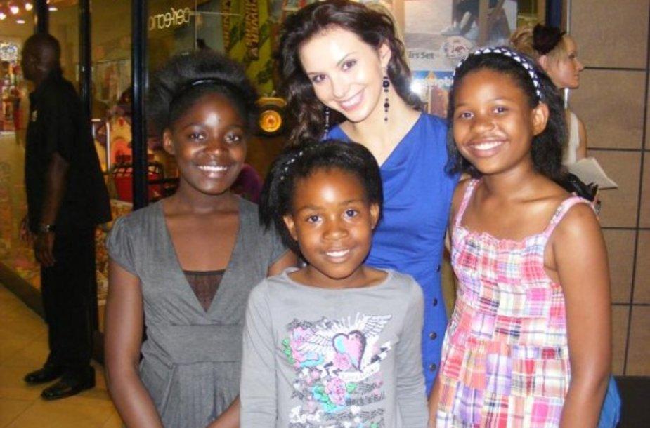 V.Petraškaitė Johanesburgo prekybos centre su vietiniais vaikais.