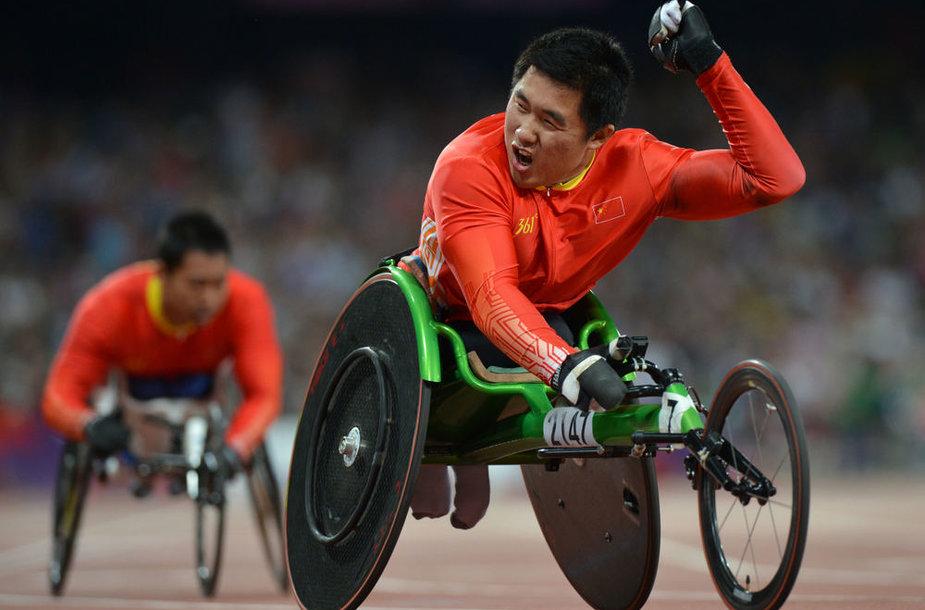 Kinietis Li Huzhao džiaugiasi parolimpiniu aukso medaliu.