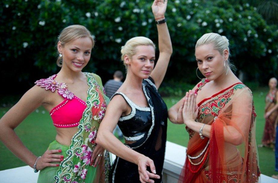 Koncertuodamos Indijoje merginos pasipuošė prabangiais sariais