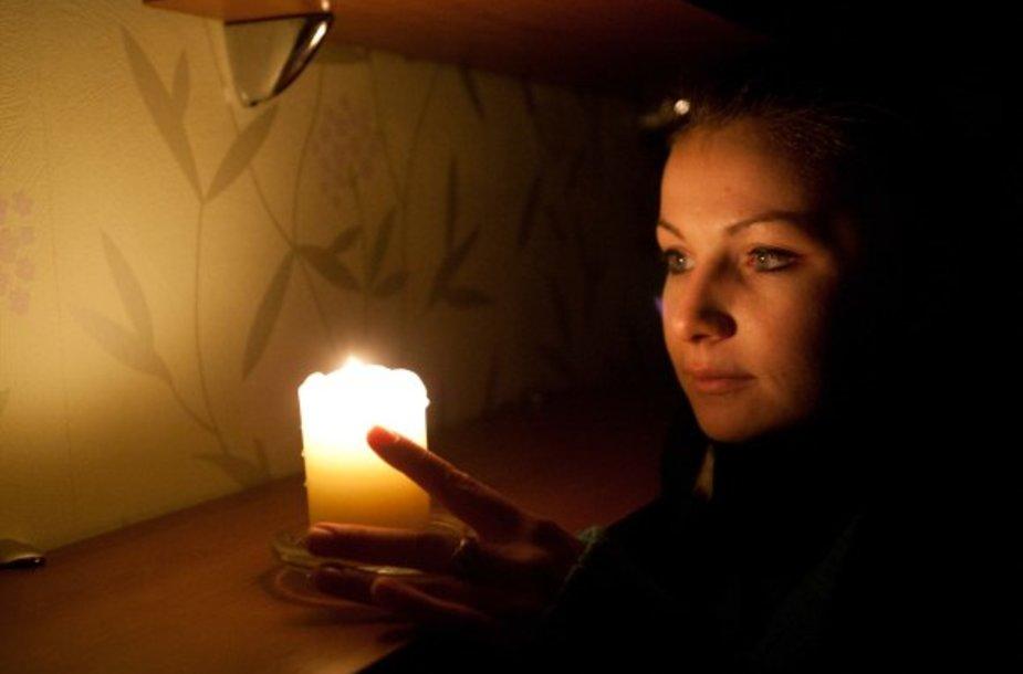 Jurgita atrado būdą šildytis prie žvakės.