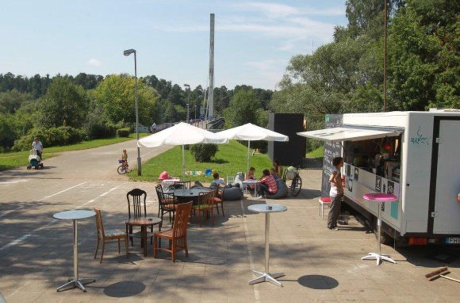 Tik šiemet įkurta lauko kavinė šalia Žvėryno pėsčiųjų tilto gali būti uždaryta.