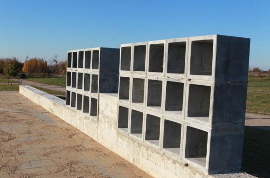 Liepynės kapinėse jau baigiamas statyti privatus kolumbariumas.