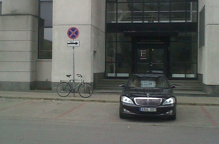 Viktoro Uspaskicho limuzinas draudžiamoje stovėjimo vietoje