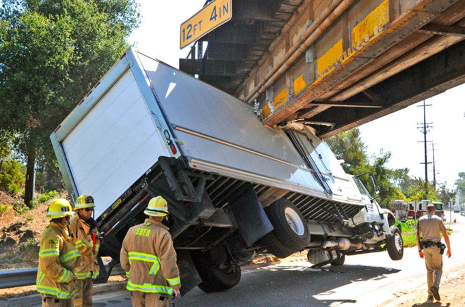 Sunkvežimis pralaimėjo prieš tiltą