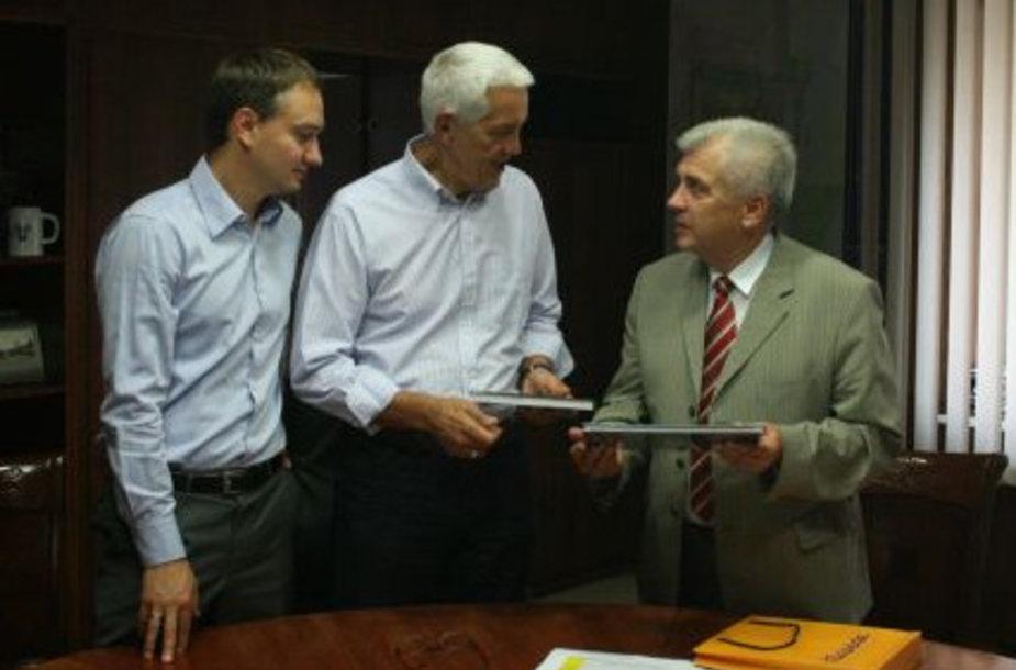 R. Taraškevičius svečiui padovanojo atminimo dovaną-knygą.