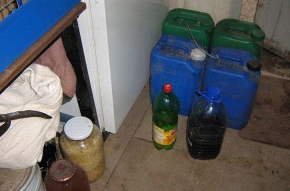 """Sodyboje pareigūnai aptiko apie 40 litrų """"naminukės""""."""