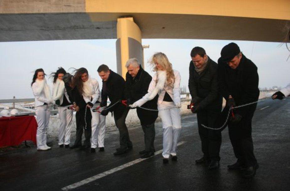 Estakados atidarymo ceremonijos svečiai perkirpo simbilinę juostą-grandinę.