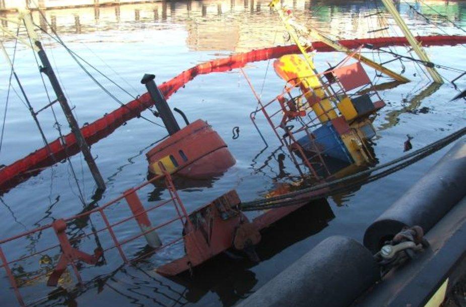 Vasarį nuskendusio laivo savininkai neskuba ieškoti būdų, kaip jį ištraukti teisindamiesi, jog tai brangiai kainuoja.