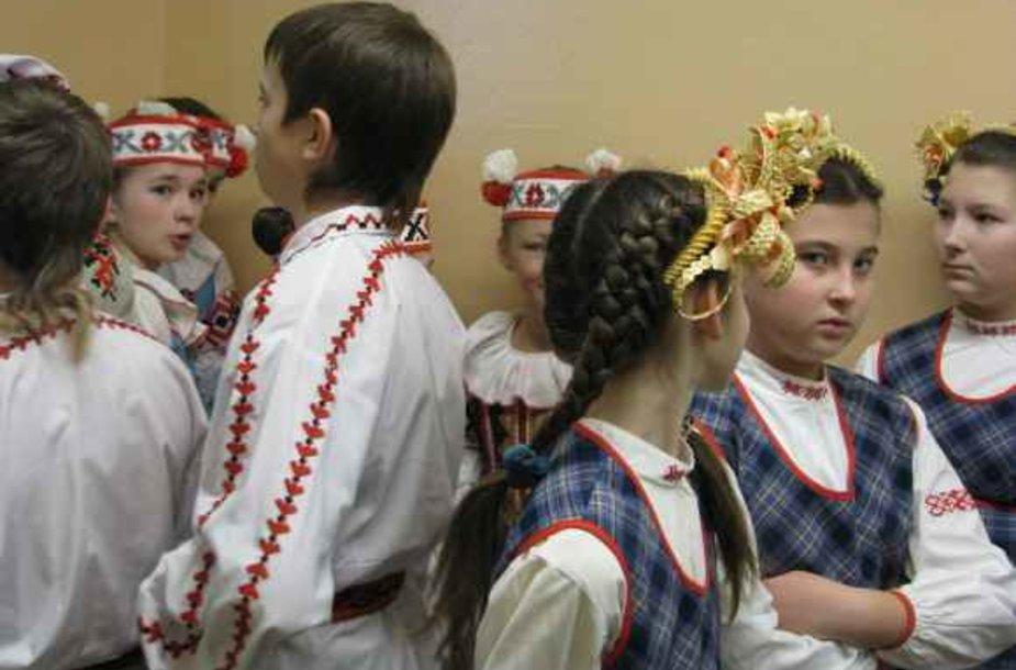 Rinkimų apylinkėje laukdami pasirodymo lūkuriuoja jaunieji šokėjai.