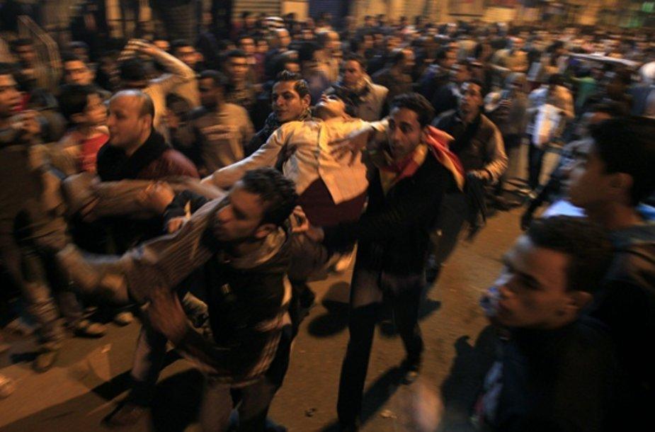 Nešamas Egipte sužeistas protestuotojas