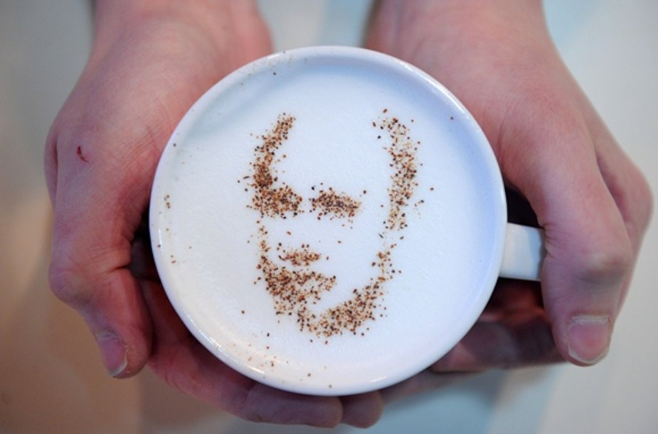 Vladimiro Putino portretas ant kapučino kavos putų