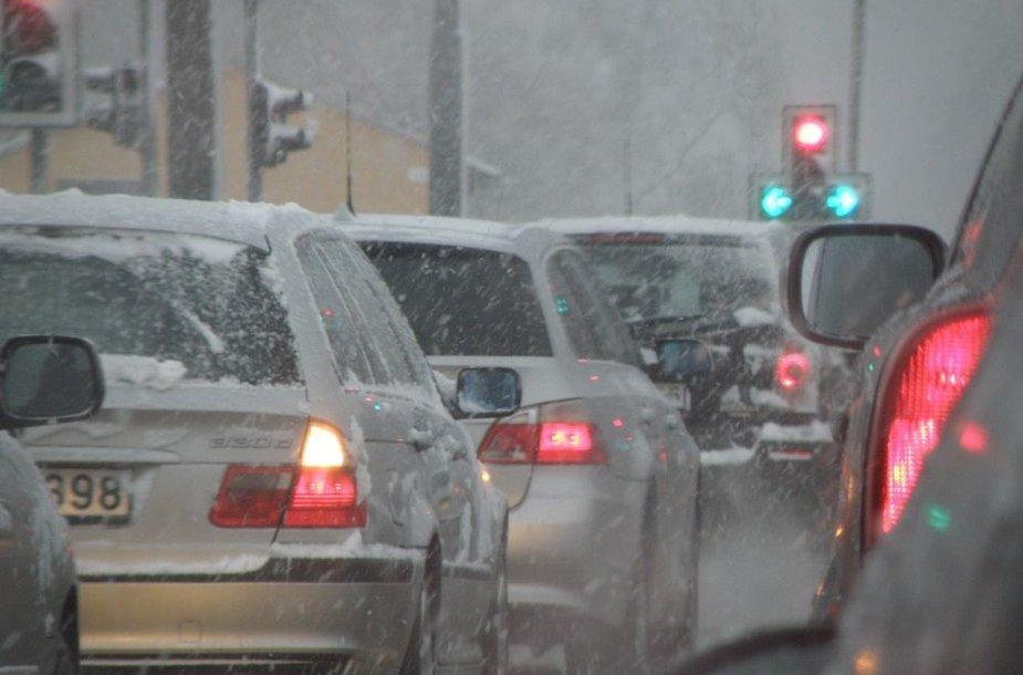 Automobiliai prie šviesoforo