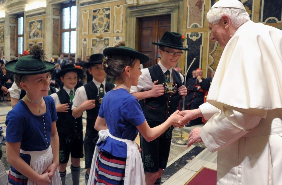 Popiežius Benediktas XVI sveikina Bavarijos tautiniais drabužiais apsirengusius vaikus