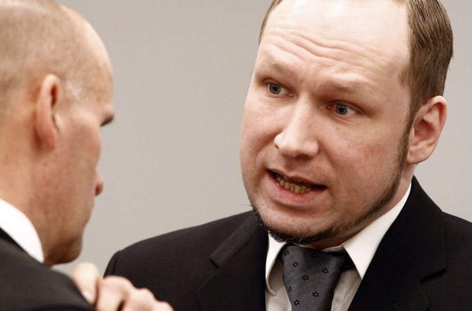 Andersas Behringas Breivikas kalbasi su advokatu Geiru Lippestadu.