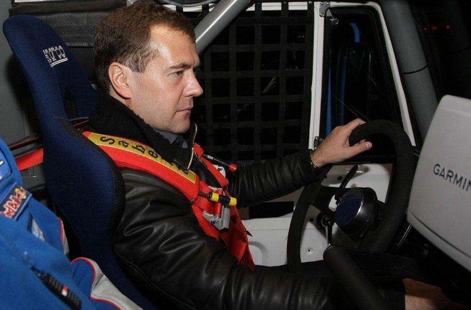 Dmitrijus Medvedevas išbandė Dakaro raliui paruoštą KAMAZ sunkvežimį