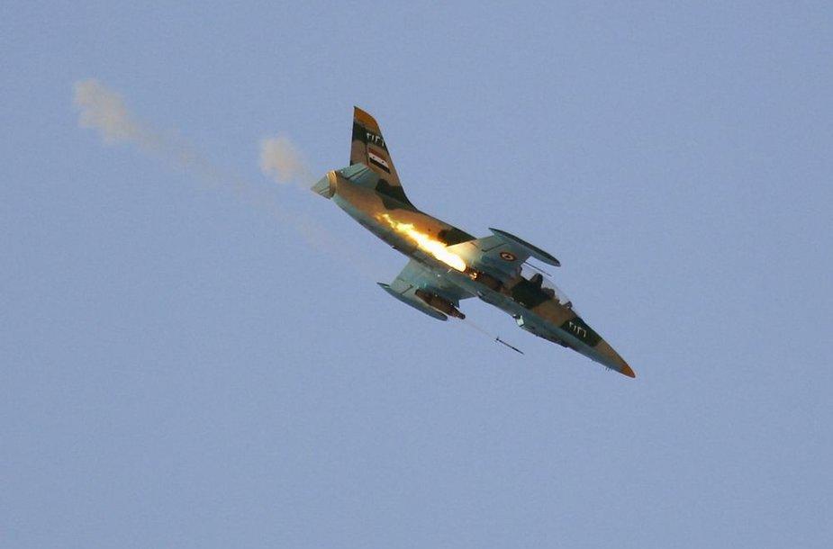 Sirijos oro pajėgų naikintuvas šaudo raketas.