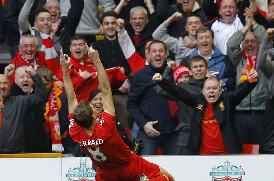 Stevenas Gerrardas džiaugiasi įvarčiu.