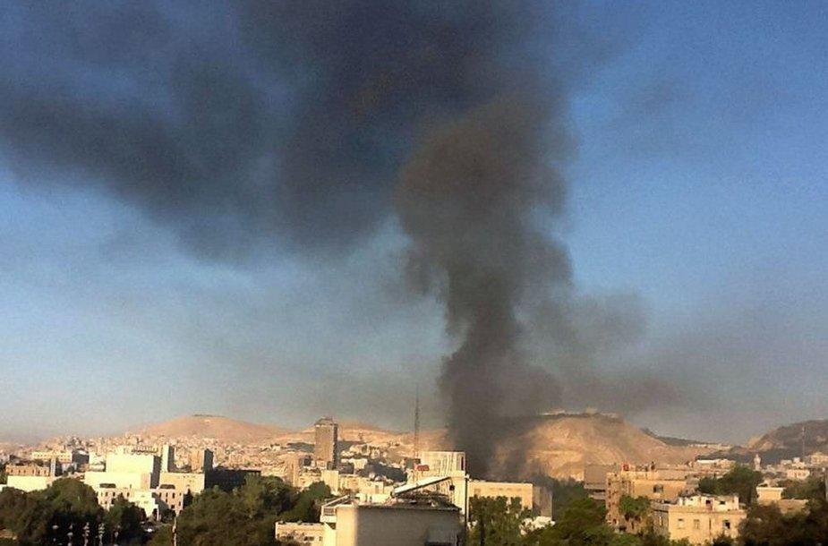 Juodi dūmai kyla virš Damasko