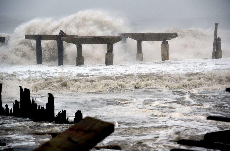 Bangos talžo jau anksčiau sulaužytą prieplauką.