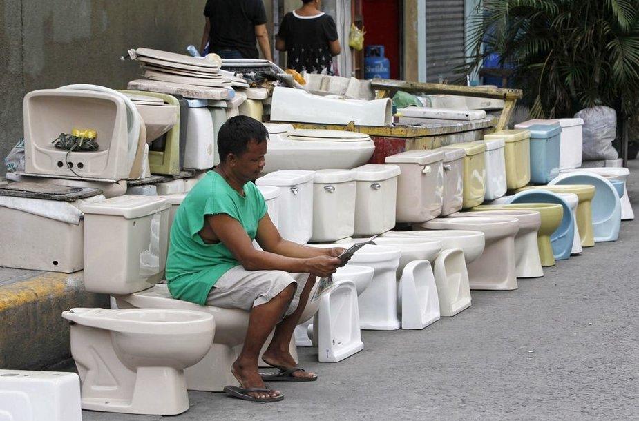 Tualetų pardavėjas laukia klientų.