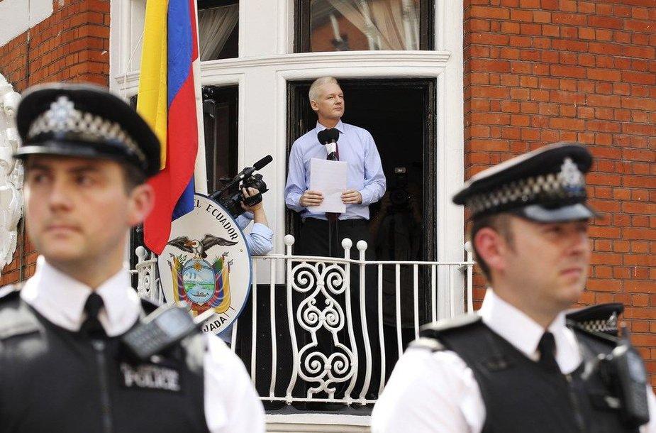"""""""WikiLeaks"""" įkūrėjas Julianas Assange'as Londone"""