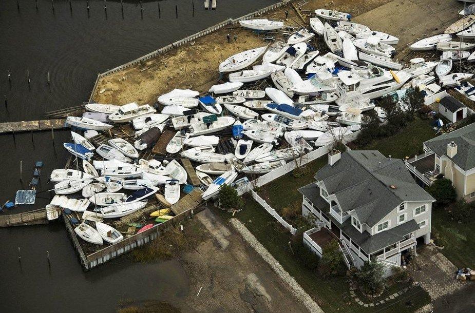 Sandy audros sunešti nedideli laiveliai