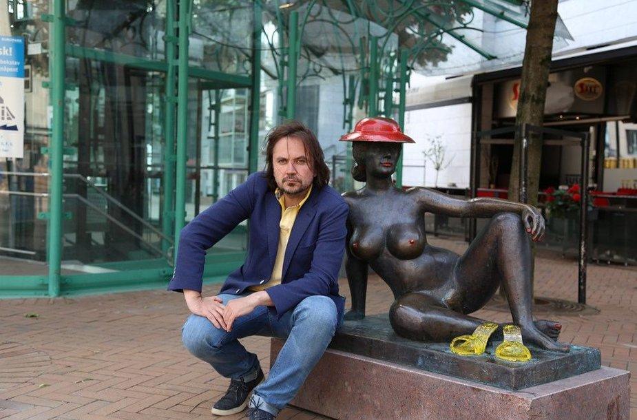 Oskaras Koršunovas prie Skule Waksviko skulptūros Moteris krantinėje