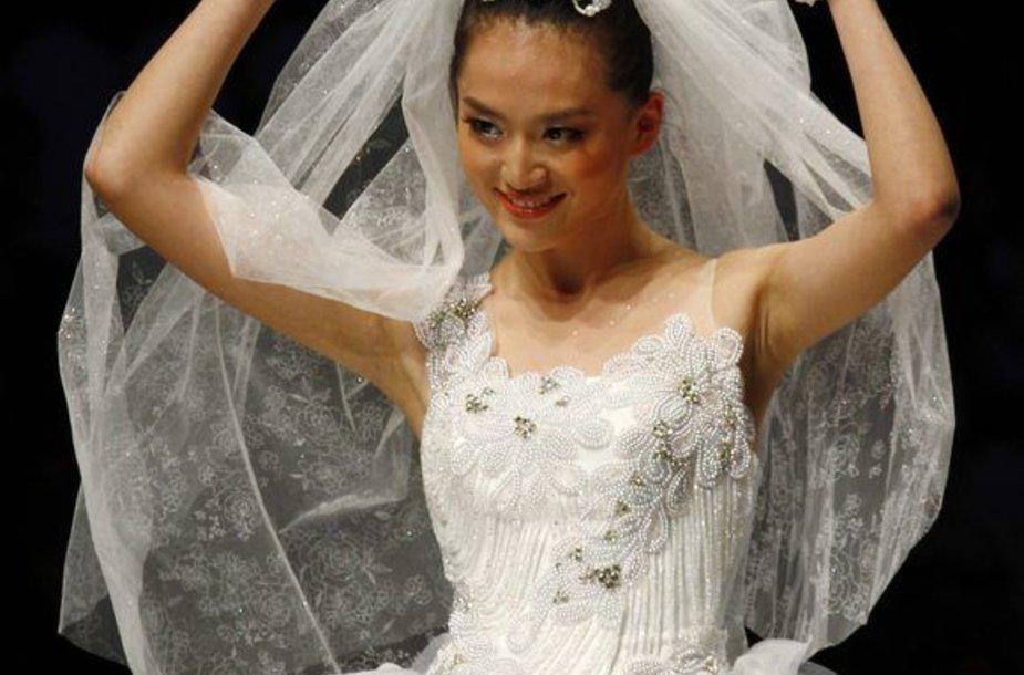 Modeliai demonstravo sukneles