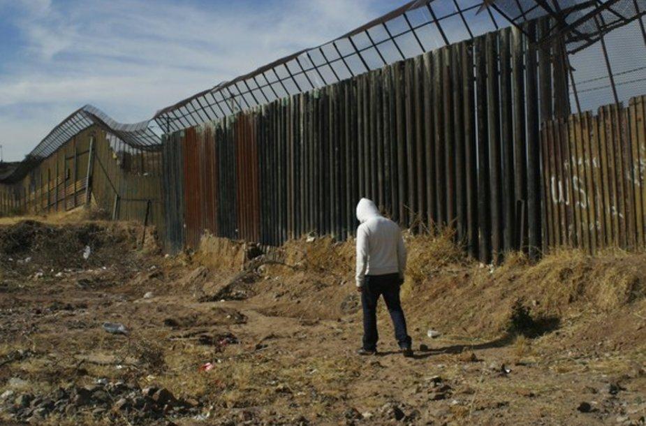 Vyras prie JAV ir Meksikos sienos