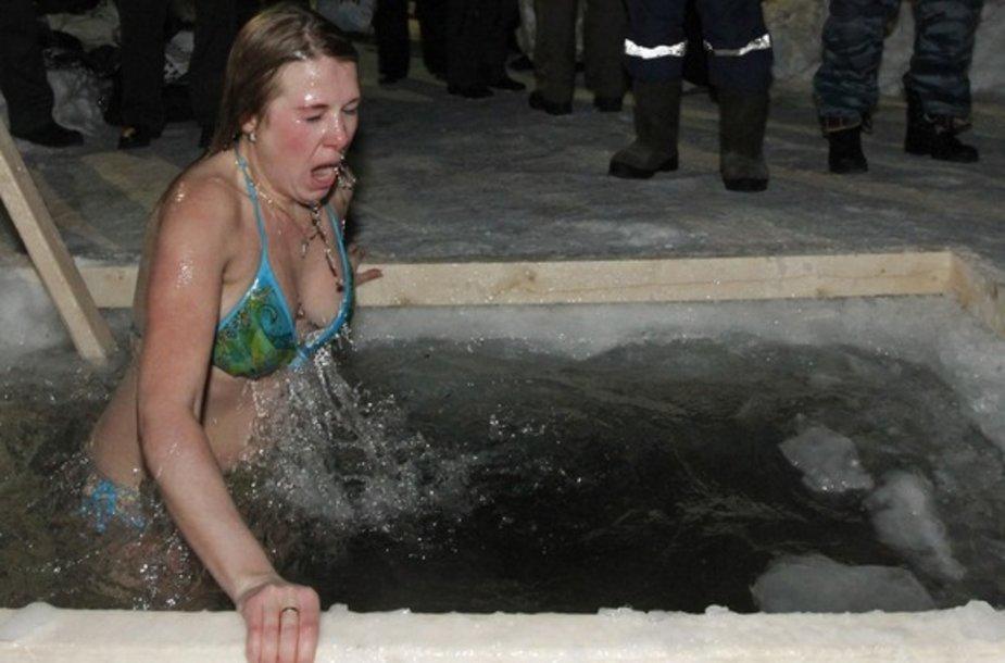 Moteris buvo pasinėrusi į ledinį upės vandenį