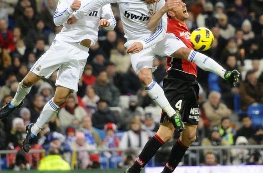 Ricardo Carvalho, Sergio Ramosas ir Ivanas Ramisas kovoja dėl kamuolio