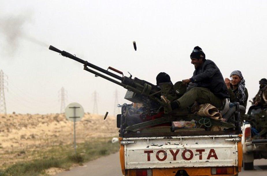 Libijos sukilėliai pakeliui į Bangazio miestą.