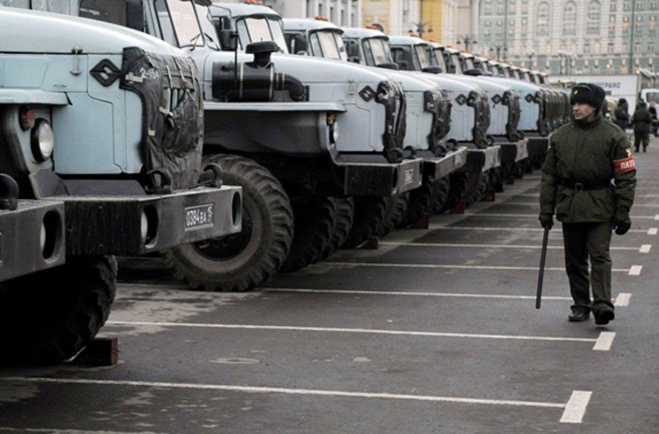 Rusijos kariuomenės sunkvežimiai Maskvos centre
