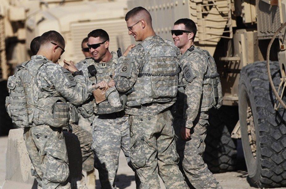 JAV armijos kariai šypsosi prieš išvažiuojant iš stovyklos Irake (2011 gruodžio 5 d.)