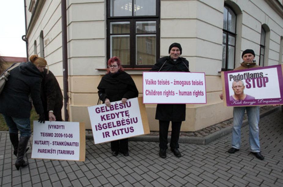 Neringos Venckienės šalininkai šalia Kėdainių rajono apylinkės teismo
