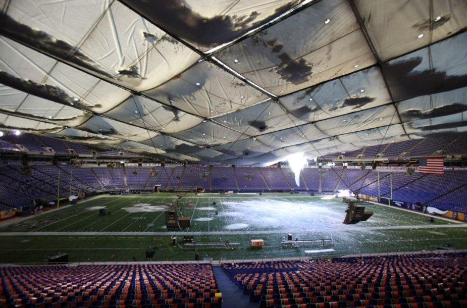 Gamtos išdaigos sugriovė arenos stogą