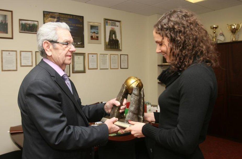 S.Linkevičienė atsiima apdovanojimą