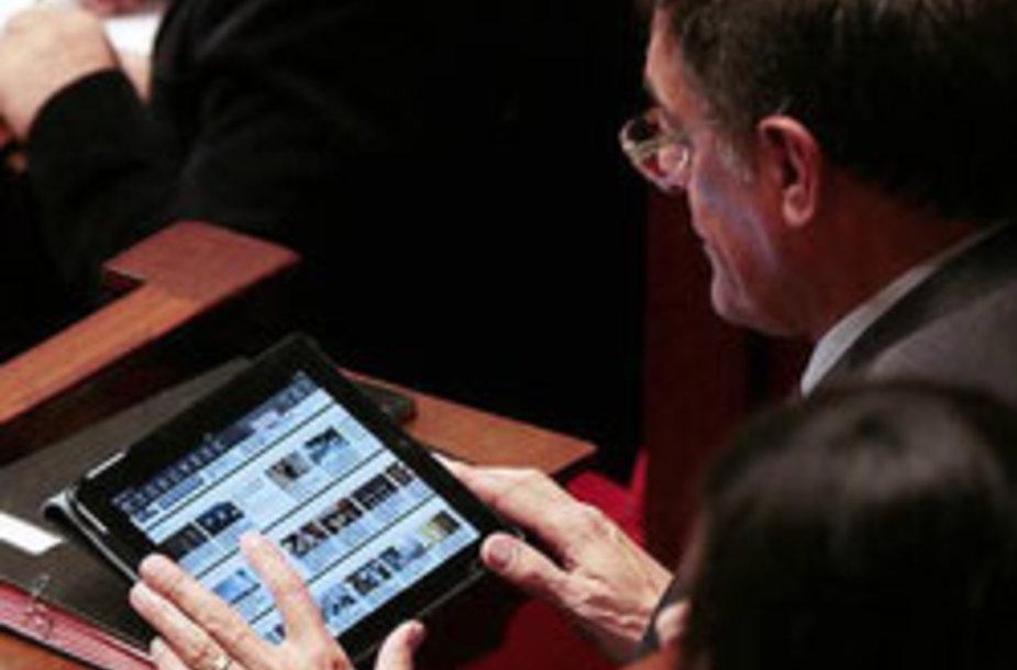 Prancūzijos politikai užfiksuoti žaidžiantys pokerį