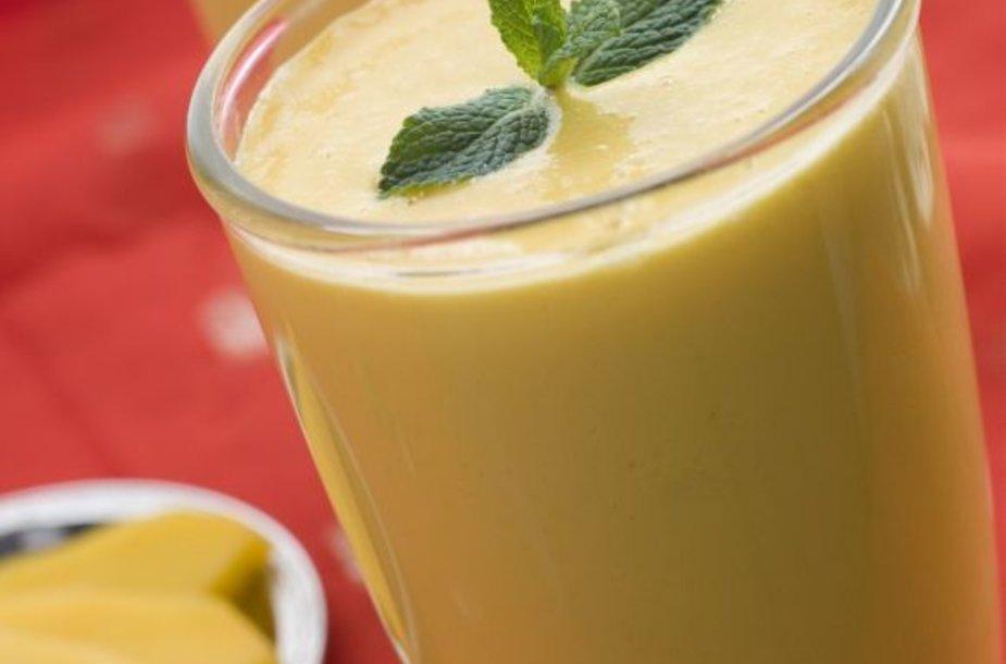 Jogurto gėrimą galima ruošti ne tik iš egzotiškų vaisių, bet ir iš Lietuvoje derančių uogų.