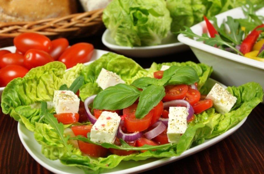 Šiose greitai paruošiamose salotose – gausybė vitaminų.