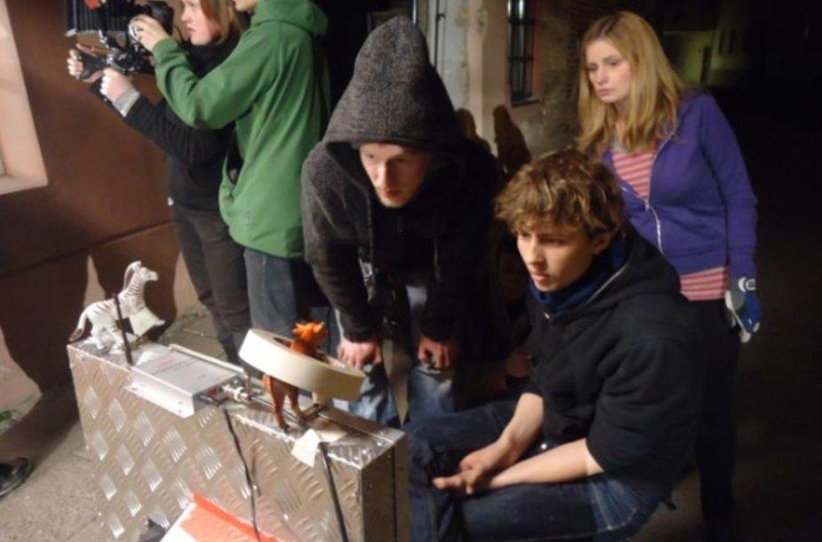 Projekto rengėjai kvieiča mokytis iš kino.