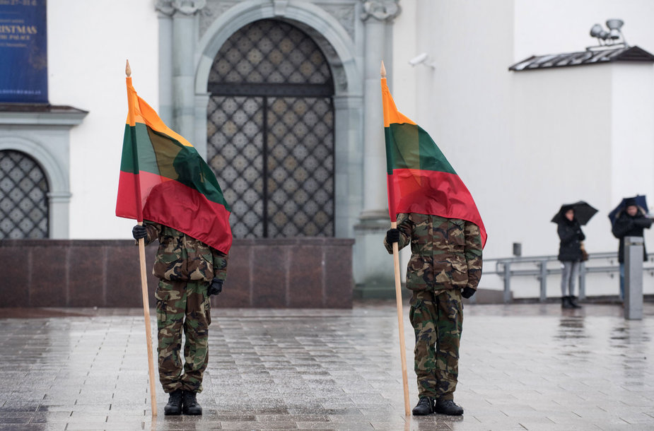 Gedimino pilies bokšte iškilmingai iškelta Lietuvos vėliava