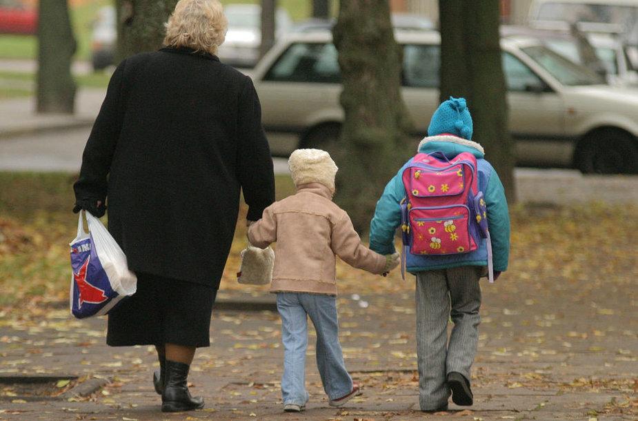 """ocialinės apsaugos ir darbo ministerijos parengtame įstatymo projekte siūloma įvesti komendanto arba kitaip vadinamą """"šeimos"""" valandą – įtvirtinti, kad 16 metų nesulaukęs vaikas negalėtų lankytis viešose vietose po 22 valandos (vasarą – po 23 valandos) be tėvų ar kito pilnamečio asmens."""