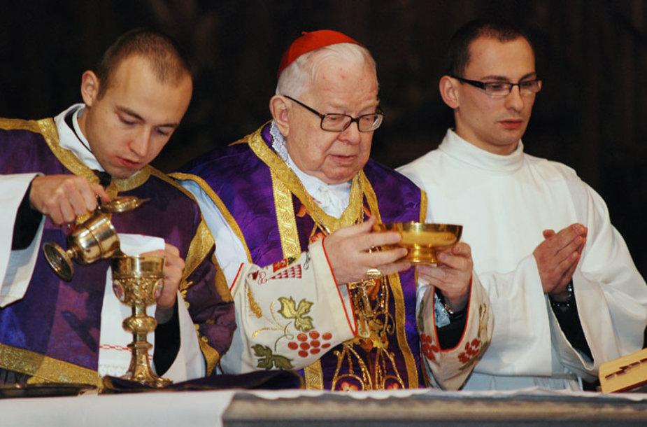 Kardinolas H.Gulbinowiczius (viduryje)
