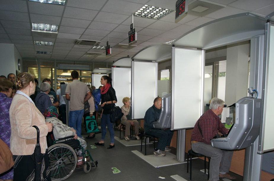Neįgaliųjų vežimėlį, skirtą specialių poreikių turintiems žmonėms Vilniaus apskrities vyriausiojo policijos komisariato Migracijos valdybai dovanojo Lietuvos raudonojo kryžiaus draugija.